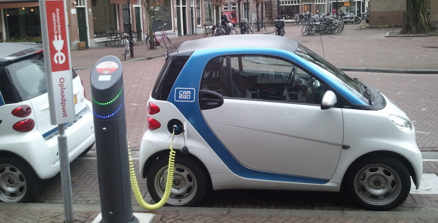 Car2Go Smart car charging in Amsterdam. Image: Wikimedia Commons/Ludovic Hirlimann